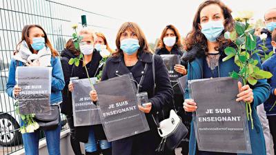 法國多地悼遭斬首教師  舉「我是教師」標語