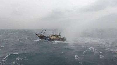 台灣水炮驅離20艘大陸避風漁船