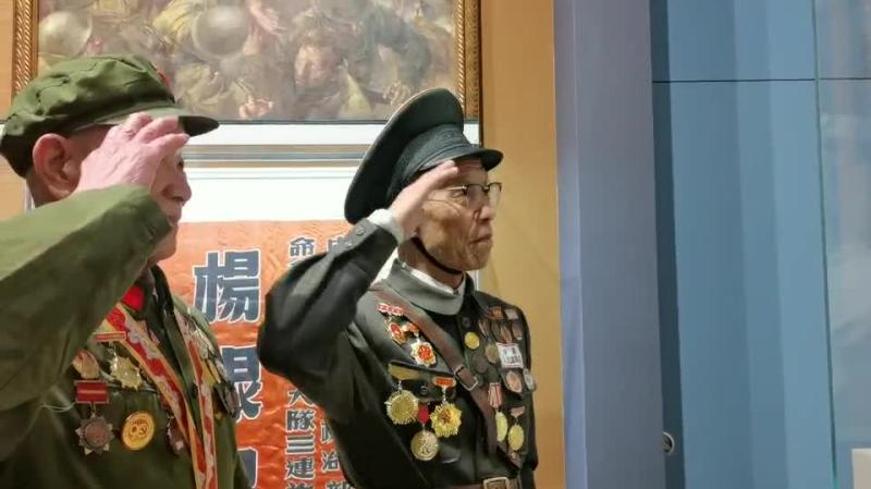 抗美援朝主題展公眾開放首日 志願老兵現場深情敬禮