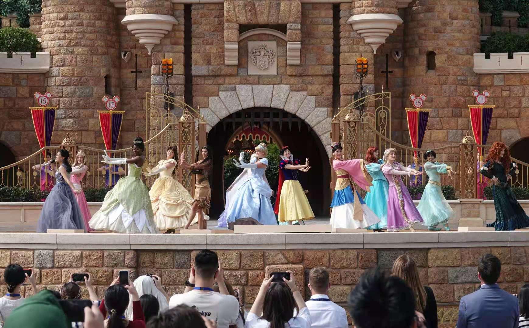 迪士尼演員們以經典卡通造型登台表演。(大公報記者凱楊攝)