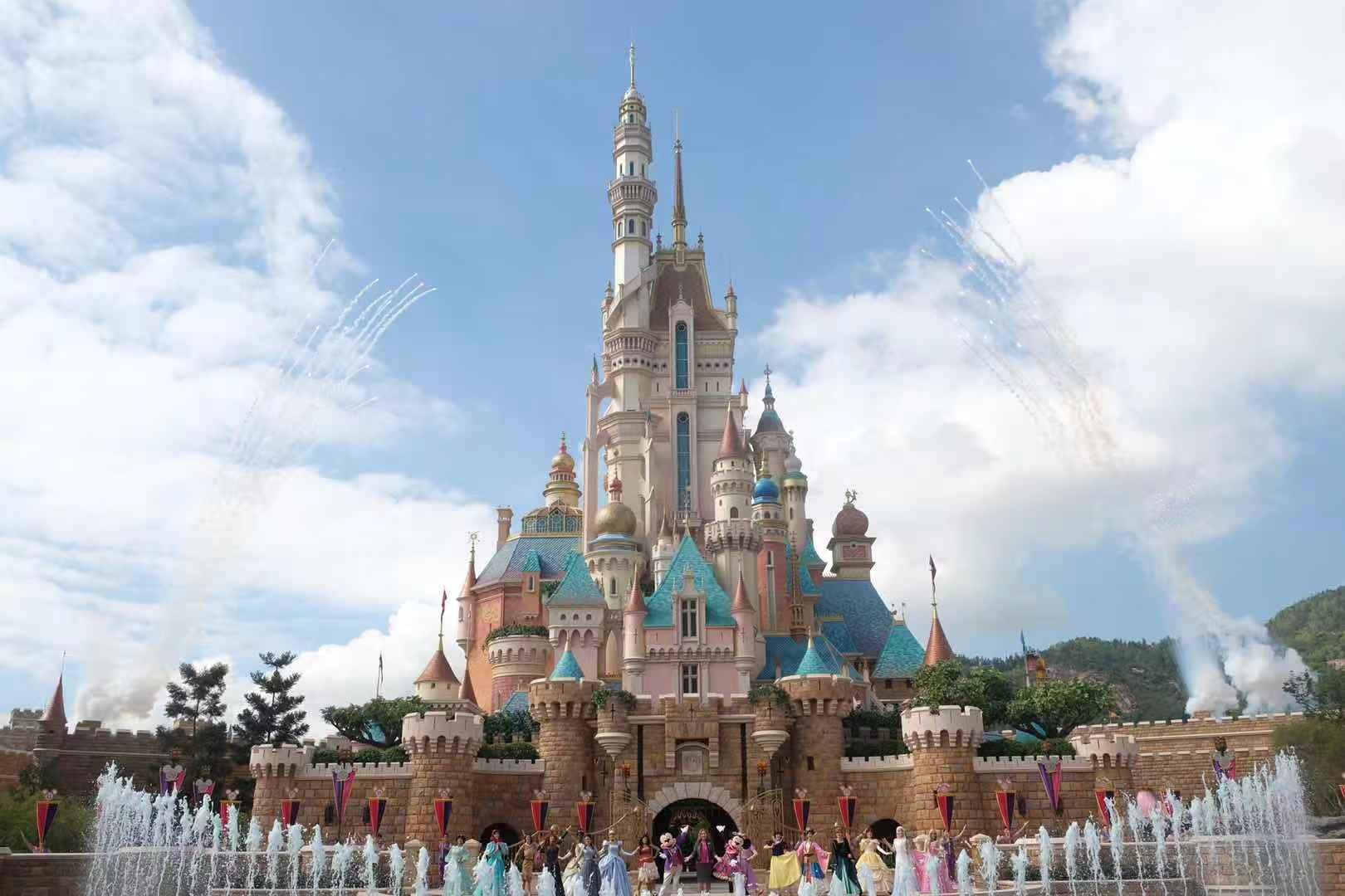 香港迪士尼即將迎來15周年慶典。據了解,香港迪士尼樂園度假區「15周年奇妙慶典」將於明日(21日)正式開幕。施工期4年的全新城堡「奇妙夢想城堡」亦會於明日正式開幕,該城堡是全球首個迪士尼樂園營運中改裝的城堡,以13位公主和女王為主題,新城堡比舊城堡高一倍。(大公文匯全媒體記者攝)