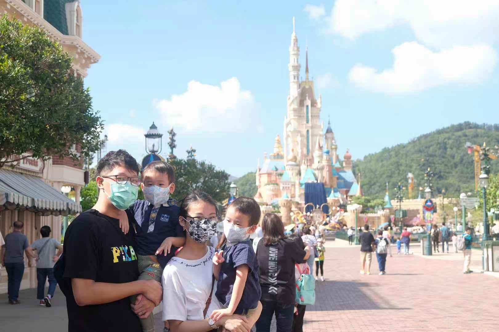 今日大批市民前來打卡迪士尼新城堡。(大公文匯全媒體記者攝)