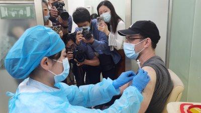 首批港人在深完成新冠疫苗接種