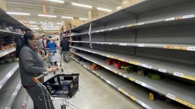 台灣疫情升溫:股市崩跌 防疫物資遭搶購