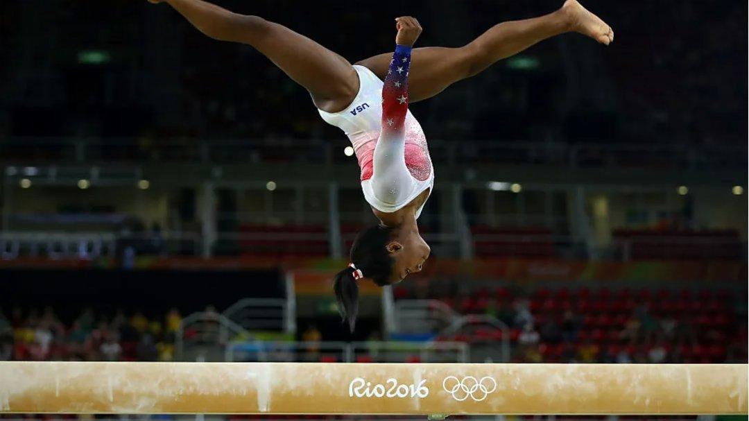 西蒙·拜爾斯(美國),體操。 2016年裡約奧運會斬獲4金1銅的拜爾斯是當今最偉大的體操運動員之一,她的目標是成為繼1968年的維拉·恰斯拉夫斯卡之後首位成功衛冕個人全能冠軍的女子體操運動員。