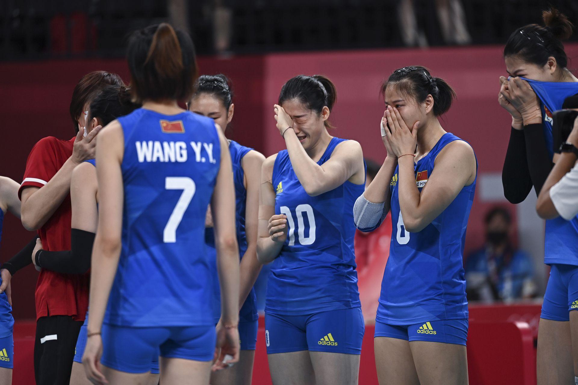 北京時間8月2日,東京奧運會女排小組賽末輪,中國女排對陣阿根廷女排,兩隊均已提前出局,本場女排姑娘們為榮譽而戰!本場也是中國女排功勳主帥郎平指導的謝幕戰,自2013年擔任女排國家隊主教練以來,率領中國女排獲得2屆女排世界盃冠軍,1次奧運會冠軍,戰功卓著戰績輝煌。郎平指導坦言做出離開的原因之一是自己需要休息,同時也需給年輕教練機會。  中國女排以3-0戰勝阿根廷,以2勝3負結束東京奧運之旅,用勝利告別三冠功勳主帥郎平!新華社圖片