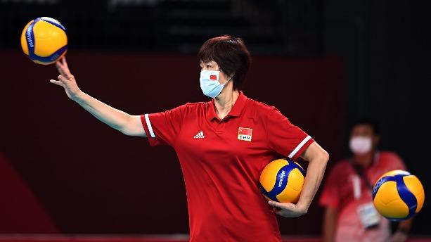 北京時間8月2日,東京奧運會女排小組賽末輪,中國女排對陣阿根廷女排,兩隊均已提前出局,本場女排姑娘們為榮譽而戰!本場也是中國女排功勳主帥郎平指導的謝幕戰,自2013年擔任女排國家隊主教練以來,率領中國女排獲得2屆女排世界盃冠軍,1次奧運會冠軍,戰功卓著戰績輝煌。郎平指導坦言做出離開的原因之一是自己需要休息,同時也需給年輕教練機會。  中國女排以3-0戰勝阿根廷,以2勝3負結束東京奧運之旅,用勝利告別三冠功勳主帥郎平!