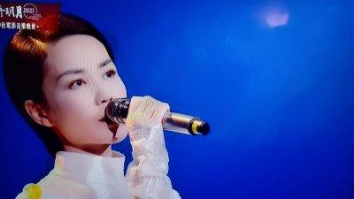 王菲唱粵語歌《灣》 台下與霆鋒零交流
