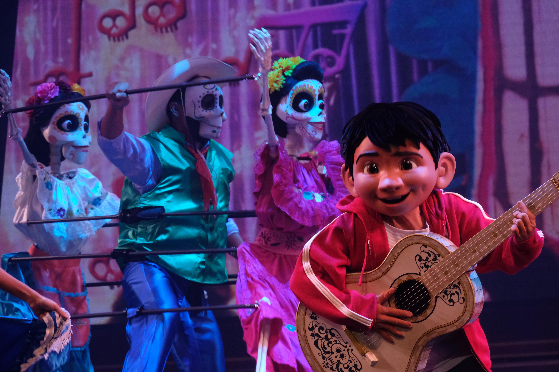 香港迪士尼樂園新城堡「奇妙夢想城堡」開幕半年,新城堡的全新日間匯演登場將於6月30日起登場,名為「迪士尼尋夢奇緣」。  樂園今日(9日)率先舉辦創作分享會,由幕後團隊分享創作,首次曝光部分表演,包括原創歌曲及重新編制的音樂,以及迪士尼朋友勇敢的追夢故事。  賓客將會跟隨米奇老鼠與多位全新配搭的迪士尼朋友,以令人耳目一新的音樂、舞蹈一起遊歷一場追夢之旅,啟發夢想,成就快樂。(大公文匯全媒體記者麥鈞傑攝)