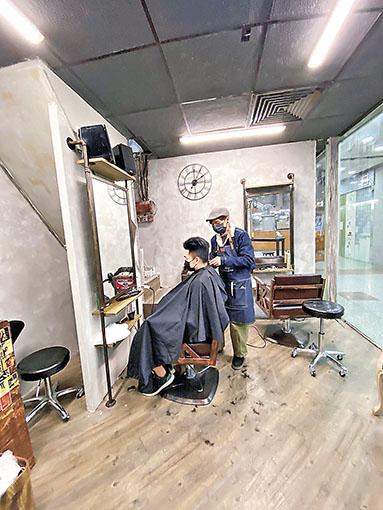 ■阿文指為了生計,只好轉做單剪店。