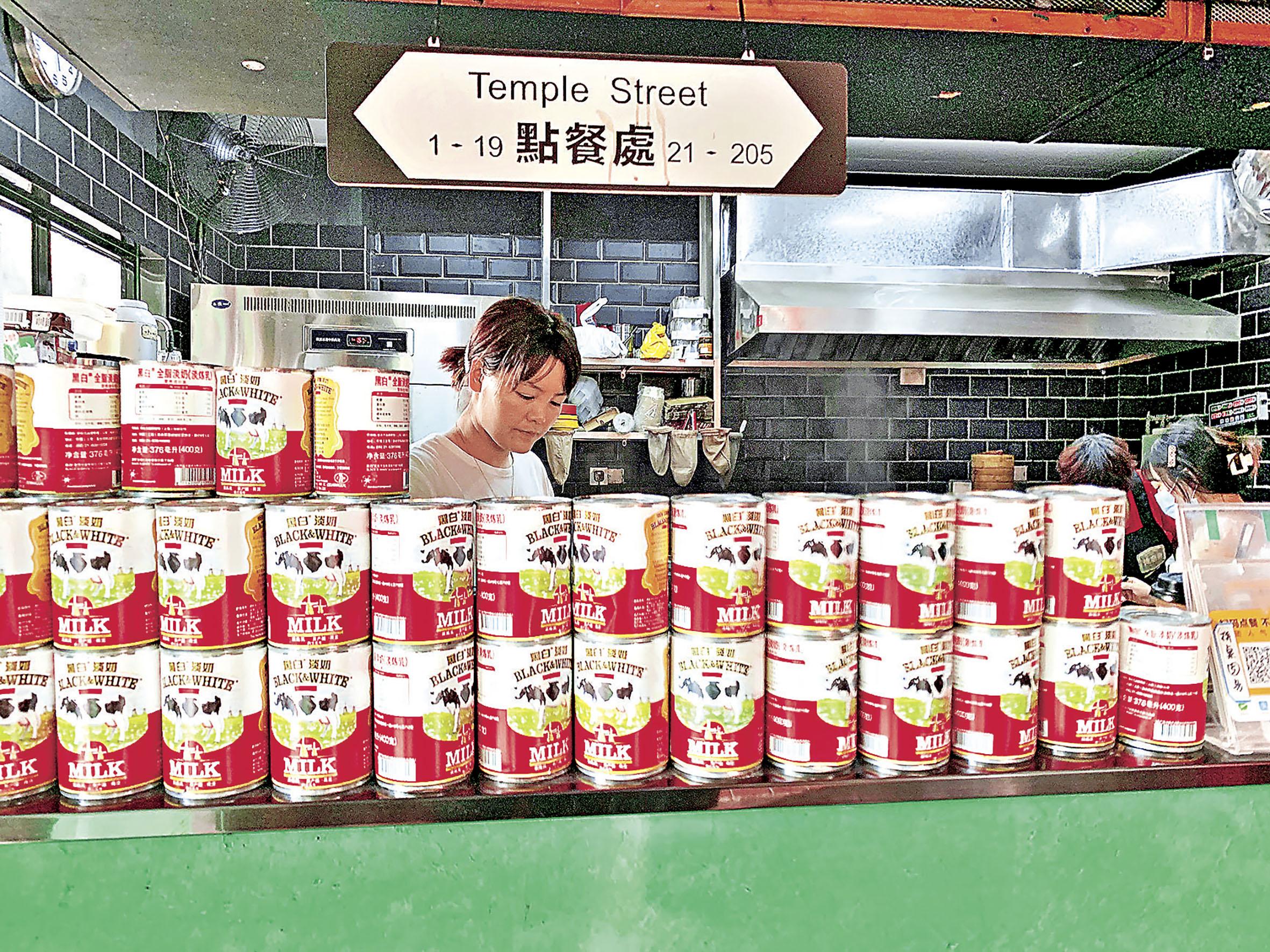 ■點餐處前堆滿了從香港運來的黑白淡奶。