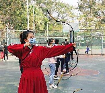 圖:身穿漢服的港澳台學生正在練習射箭。\受訪者供圖