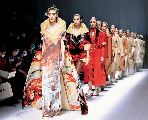 中國國際時裝周北京舉行 融入科技面料 時尚百變